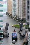 Boote, die den Miami-Fluss steuern stockbilder