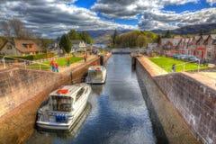 Boote, die durch die Schleusentoren auf dem kaledonischen Kanal-Fort Augustus Scotland Großbritannien sich bewegen, das Fort Will Lizenzfreie Stockfotografie