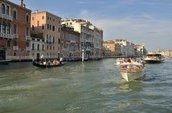 Boote, die durch Grand Canal segeln Lizenzfreie Stockbilder