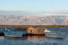 Boote, die Ende der Nachmittagssonne sich aalen stockfotografie
