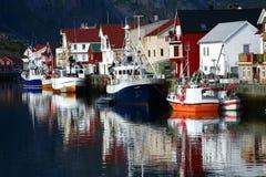 Boote, die im Meer sich reflektieren Lizenzfreie Stockfotografie