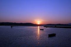 Boote, die im warmen Sonnenuntergang stillstehen Stockbilder