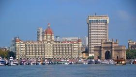Boote, die nahe dem ikonenhaften Zugang von Indien in Mumbai ankoppeln stockfotografie
