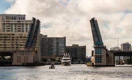 Boote, die offene Zugbrücke durchlaufen Lizenzfreies Stockfoto