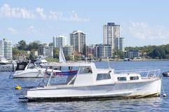 Boote, die am Perth-Ufer befestigen Lizenzfreies Stockbild