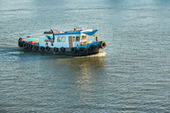 Boote, die Sand in Chaophraya-Fluss, Thailand transportieren Lizenzfreie Stockfotografie