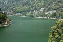 Boote, die in schönes grünes Wasser von See segeln Lizenzfreie Stockbilder