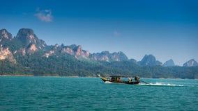 Boote, die an See arbeiten Stockfotos
