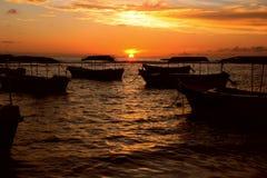 Boote, die während eines schönen Sonnenuntergangs in Sri Lanka stillstehen stockfotos