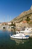 Boote durch alte Stadt im Schacht von Kotor, Montenegro Stockbilder