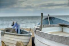 Boote durch das Meer Stockfotos