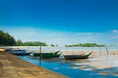 Boote durch das Seeufer Lizenzfreies Stockfoto