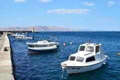 Boote durch den Pier von Senj Stockbild