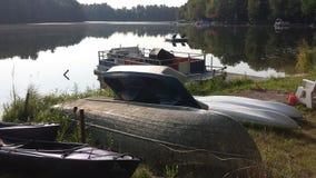 Boote durch den See Lizenzfreie Stockfotos