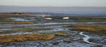 Boote in Ebbe mudflats des leeren Hafens bei Sonnenaufgang Lizenzfreies Stockbild