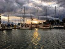Boote in einem Dock bei Sonnenuntergang Lizenzfreie Stockfotografie