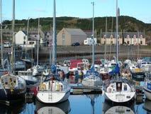 Boote in einem Jachthafen stockbilder