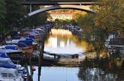 Boote in einem Kanal Lizenzfreie Stockfotografie