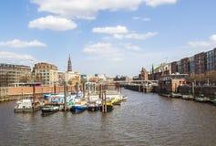 Boote in einem Kanal im Baumwall-Bereich in Hamburg, Stockfoto