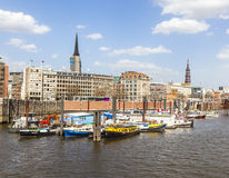 Boote in einem Kanal im Baumwall-Bereich in Hamburg, Stockfotos