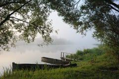 Boote in einem Morgennebel Stockfotografie