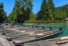 Boote an einem Pier auf dem Aare-Fluss in der Stadt von Thun, die Schweiz Stockbilder