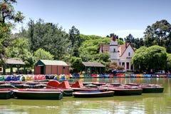 Boote an einem Stadtpark lizenzfreies stockbild