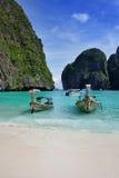 Boote eines langen Hecks auf Maya bellen, Thailand. stockfoto
