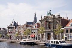 Boote entlang dem Spaarne-Fluss, Haarlem, Holland stockfotografie
