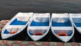Boote für Miete in einem rohen auf einem See Stockfoto