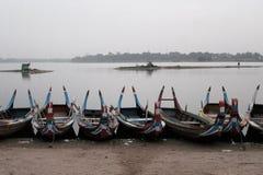 Boote für Touristen am Taungthaman See Lizenzfreie Stockfotos
