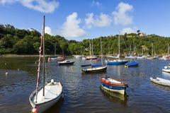 Boote festgemacht in altem Fishguard-Hafen, Wales Großbritannien lizenzfreie stockbilder
