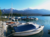 Boote festgemacht auf dem Gebirgssee Lizenzfreies Stockbild