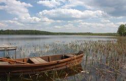 Boote festgemacht auf dem See Grutas Lizenzfreies Stockfoto
