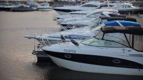 Boote festgemacht auf dem Wasser Blaues Mittelmeerwasser im Jachthafen Port-of-Spain Wassergasse zwischen zwei Reihen von festgem stock footage
