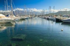 Boote festgemacht in Calvi-Hafen in Korsika Stockbilder