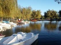Boote festgemacht in einer Lagune lizenzfreie stockbilder