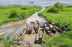 Boote festgemacht im Seeufer lizenzfreie stockfotos