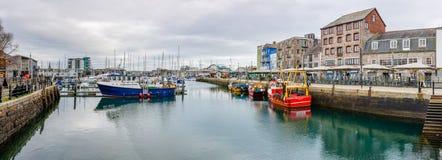 Boote festgemacht am Vorwerk in Plymouth, Devon lizenzfreies stockbild