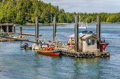 Boote festgemacht zu sich hin- und herbewegendem Ponton Stockfotos