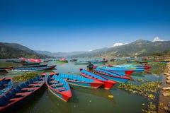 Boote am Fewa See, Pokhara Lizenzfreie Stockfotografie