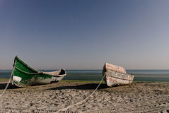 Boote gebunden auf Ufer unter nächtlichem Himmel Lizenzfreies Stockfoto