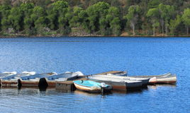 Boote gebunden am Dock Stockfoto