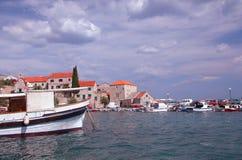 Boote gebunden an einem Hafen in Hvar Stockfoto