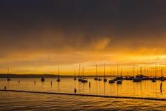 Boote gegen Sonnenuntergang Lizenzfreie Stockfotos