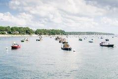 Boote geparkt auf dem Wasser Stockfotografie