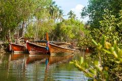 4 Boote geparkt im Kanal stockfotos