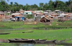 Boote Häuser in Amazonas-Gebiet Lizenzfreie Stockfotografie