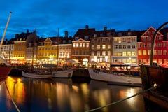 Boote am Hafen in Nyhavn nachts Lizenzfreie Stockfotos