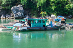 Boote am Halong Schacht Stockfotografie